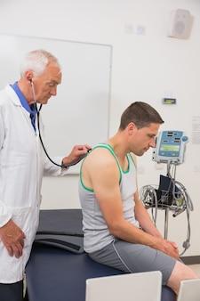 Doutor, escutar, paciente, com, estetoscópio