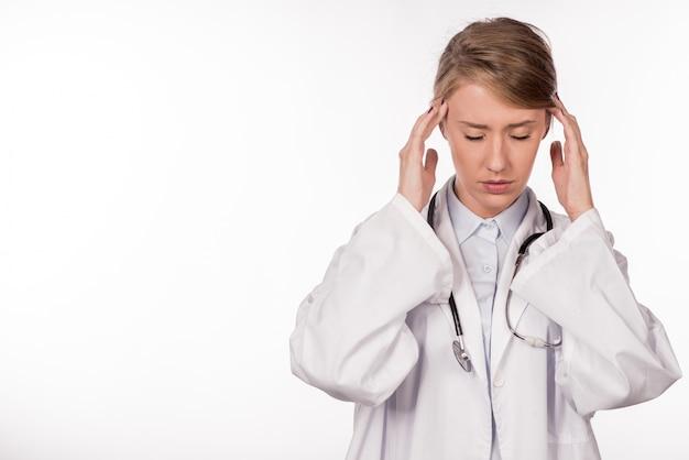 Doutor estressado - enxaqueca e dor de cabeça. profissional de cuidados de saúde