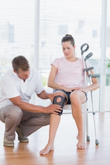 Doutor, examinando, seu, paciente, joelho