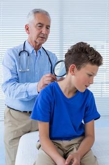Doutor examinando um paciente