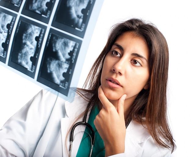 Doutor examinando uma mamografia