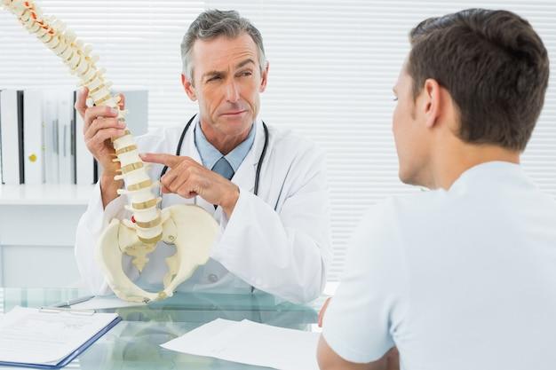 Doutor, explicando, espinha, para, um, paciente, em, escritório