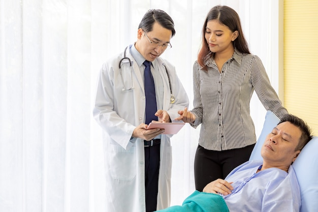 Doutor, explicando, tratamento, usando, tabuleta