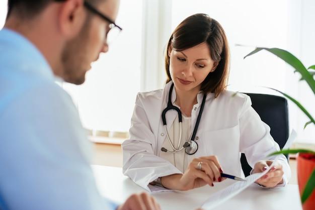 Doutor, falando, dela, macho, paciente, escritório, mostrando, resultados