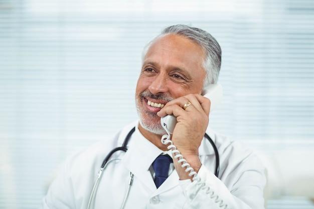 Doutor, falando telefone, em, clínica