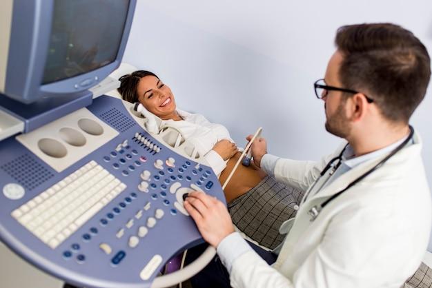 Doutor, fazendo exame médico, de, paciente, com, ultra, som