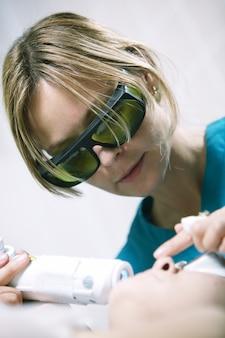 Doutor, fazendo, fracionário, pele, laser, tratamento