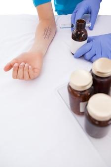 Doutor fazendo teste cutâneo na sua paciente