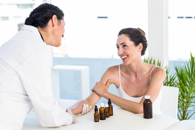 Doutor fazendo teste de prick cutâneo em seu paciente