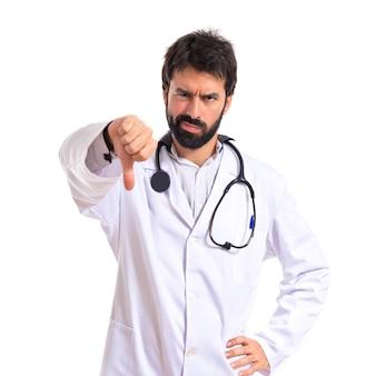 Doutor fazendo um sinal ruim sobre fundo branco