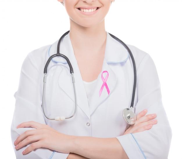 Doutor fêmea com a fita cor-de-rosa da conscientização do câncer da mama da fita.