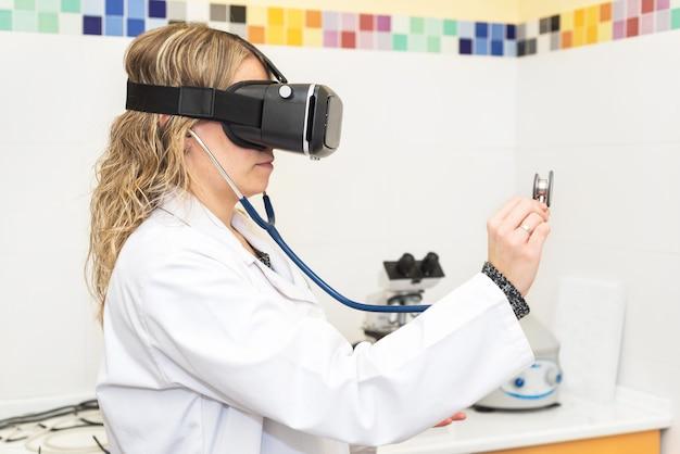 Doutor fêmea, usando óculos de realidade virtual. conceito de tecnologia médica