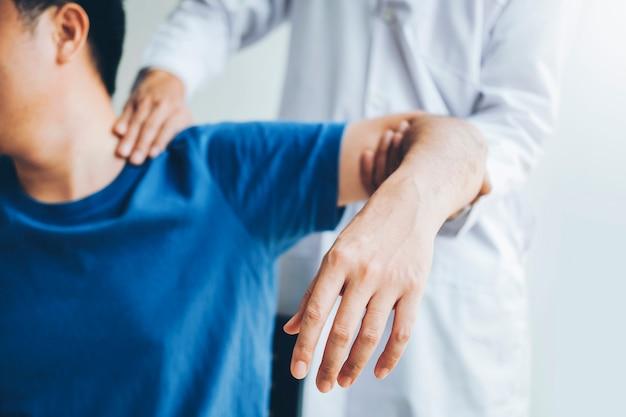 Doutor físico, consultar, paciente, aproximadamente, ombro, muscule, dor, problemas, físico
