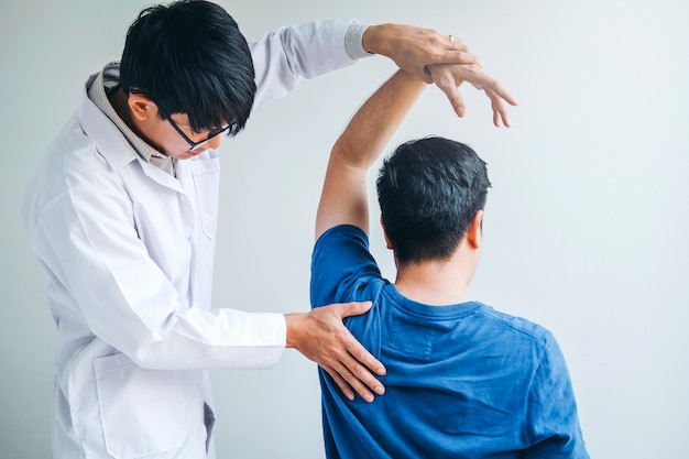 Doutor físico, consultar, paciente, aproximadamente, ombro, muscule, dor, problemas