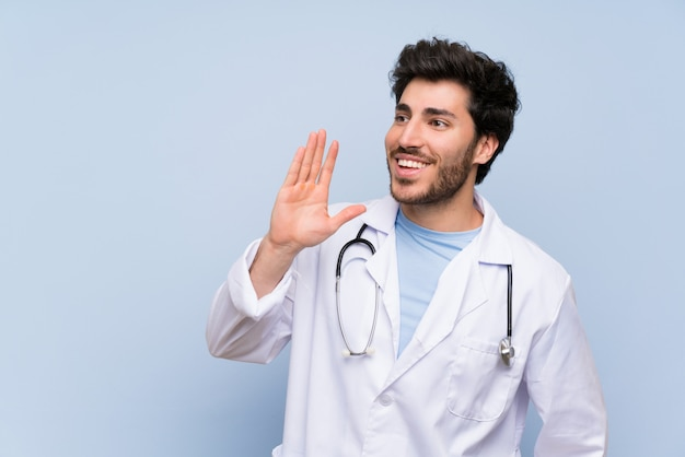 Doutor homem gritando com a boca aberta