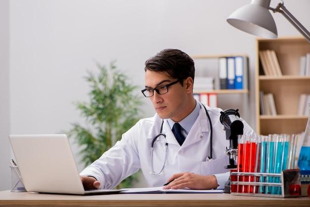 Doutor homem, trabalhando, em, a, laboratório