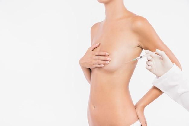 Doutor, injetar, em, peito mulher