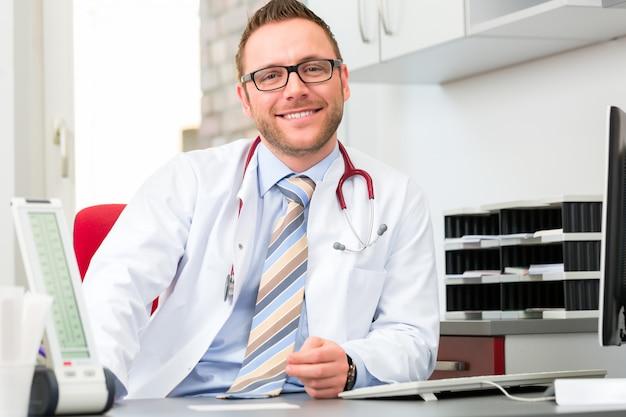 Doutor jovem, sentando, em, cirurgia, escrivaninha