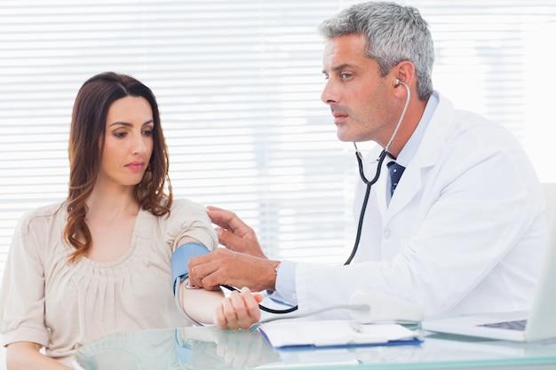 Doutor, levando, pressão sangue, de, seu, paciente