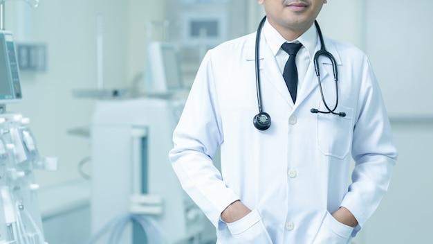Doutor man with stethoscope no hospital, conceito do equipamento médico.