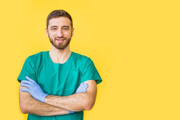 Doutor masculino, em, uniforme, com, braços cruzados