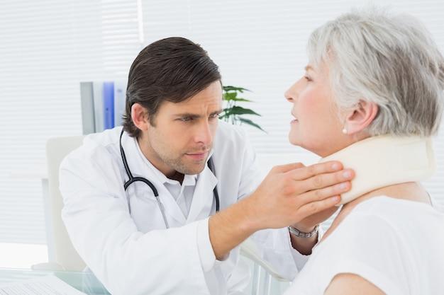 Doutor masculino, examinando, um, sênior, pacientes, pescoço