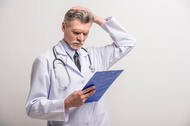 Doutor masculino sênior, ficar, com, pasta