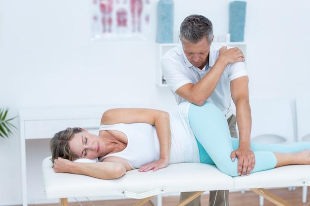 Doutor, massaging, seu, paciente, quadril