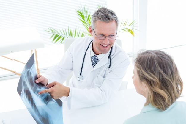 Doutor, mostrando, xray, para, seu, paciente