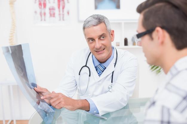 Doutor, mostrando, xrays, para, seu, paciente