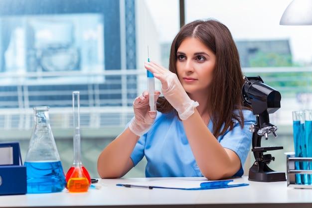 Doutor mulher, com, siringa, em, hospitalar