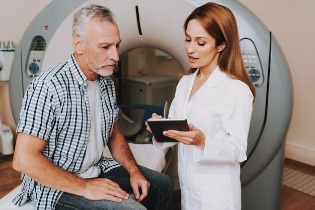 Doutor mulher no jaleco prescreve o diagnóstico de tomografia computadorizada