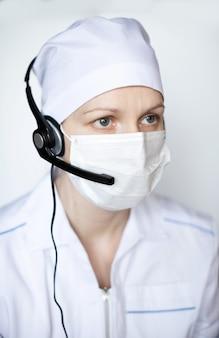 Doutor mulher usando máscara protetora no fone de ouvido.