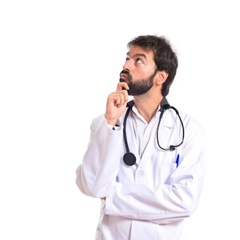 Doutor pensando sobre fundo branco isolado