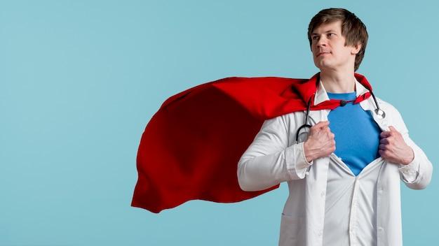 Doutor posando com estetoscópio