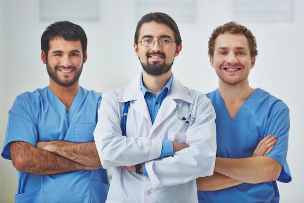 Doutor que conduz uma equipe médica no hospital