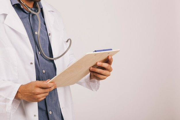 Doutor que lê em um clipboad