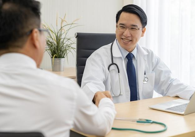 Doutor, retrato, em, escritório médico