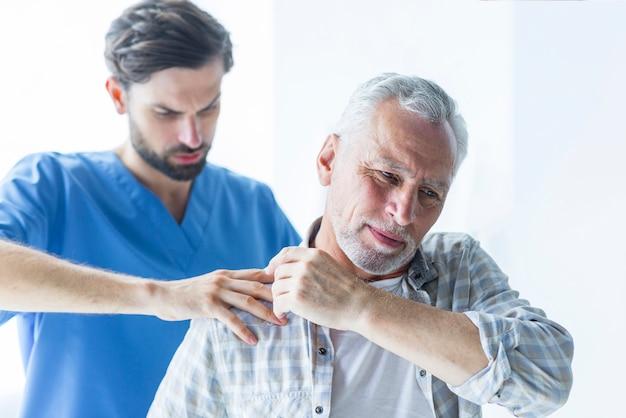 Doutor, rubbing, ombro, de, paciente