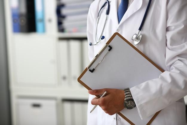 Doutor, segurando a área de transferência médica