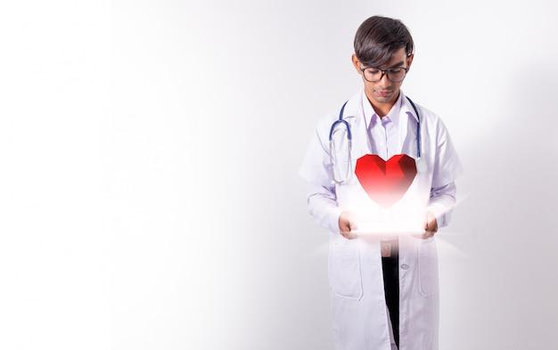Doutor, segurando coração virtual