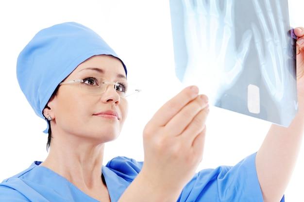 Doutor segurando e aprendendo raio-x