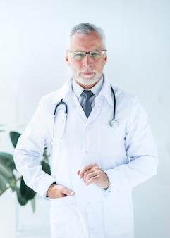 Doutor, segurando mão, em, bolso, em, escritório