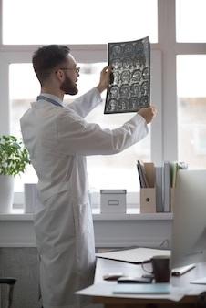 Doutor segurando o cérebro mri