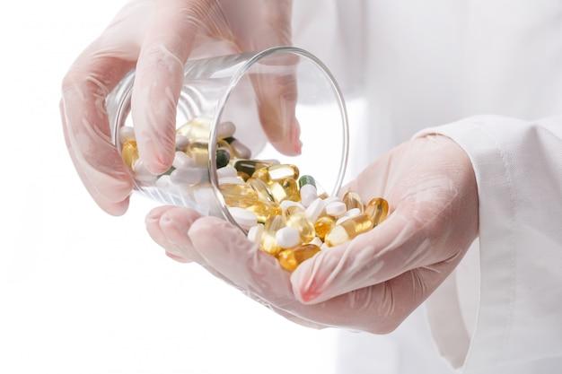 Doutor, segurando o copo de comprimidos
