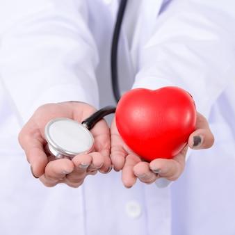 Doutor, segurando o coração vermelho e estetoscópio