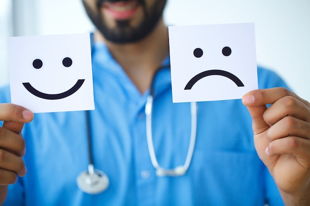 Doutor, segurando o papel com um sorriso. picar entre saúde e doença