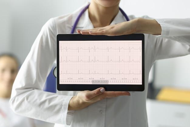 Doutor segurando tablet com eletrocardiograma, close-up