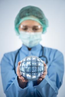 Doutor, segurando, terra, em, global, medicina, conceito