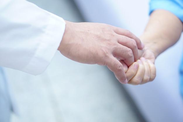 Doutor, segurando, toque, mãos asiático, sênior, ou, idoso, senhora, mulher, paciente, com, amor